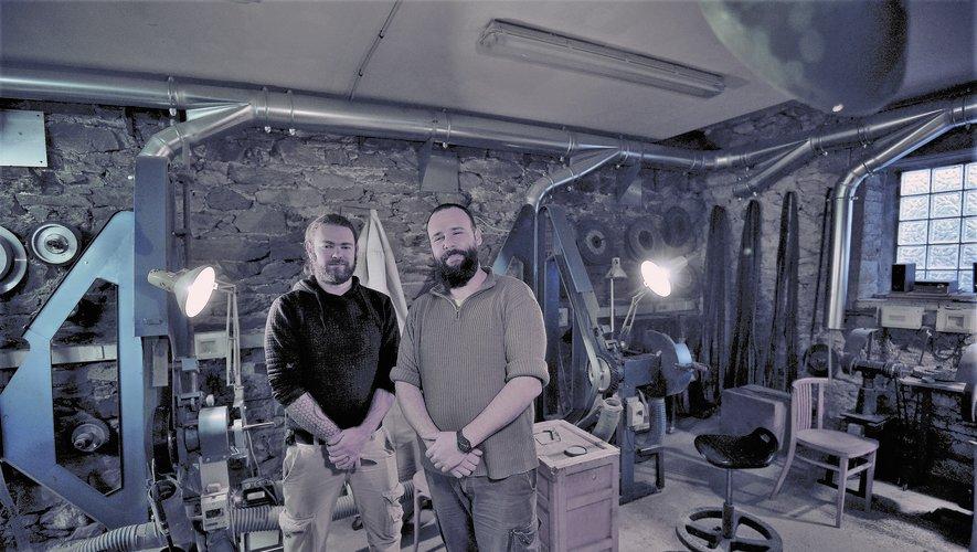 Dans l'atelier relancé en 1997 dans un des plus beaux villages de France, Mathieu et Guillaume font revivre une histoire vieille de huit siècles.