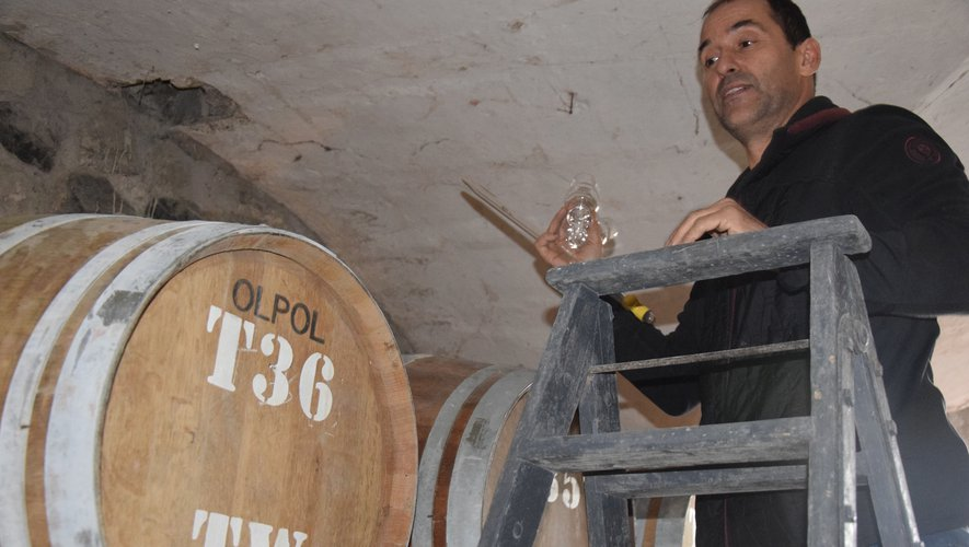 Vincent Bec, frère de Christian, fondateur de la société, goûte avant la mise en bouteille.