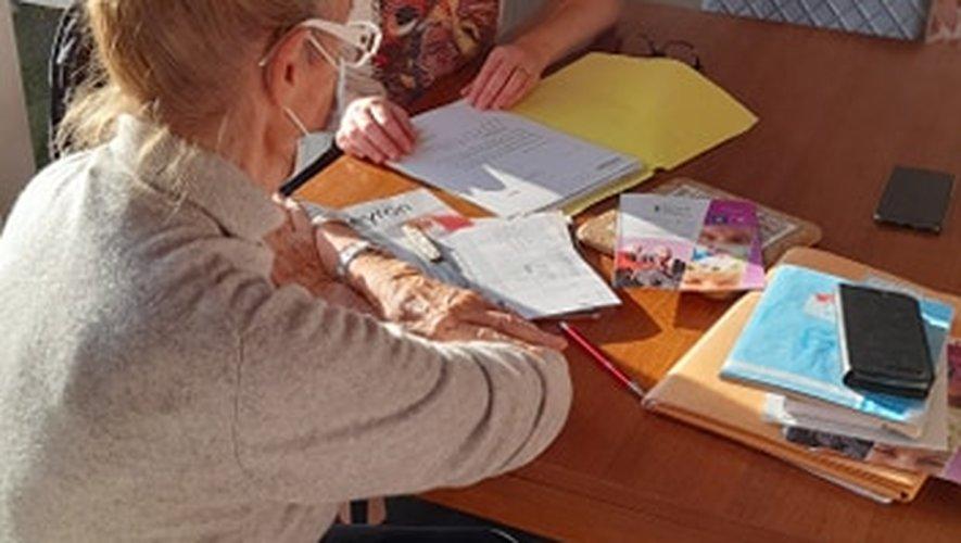 Céline Conquet, coordinatrice et responsable du Point Info seniors de la communauté de communes Comtal Lot Truyère, en rendez-vous, ici, à Bozouls.
