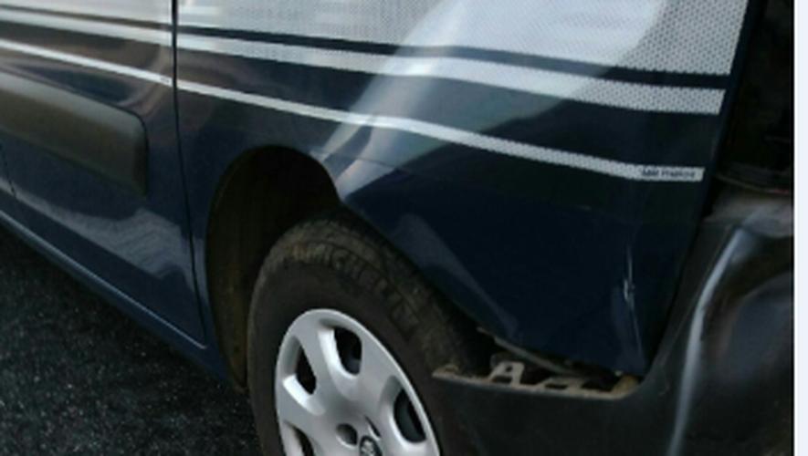 L'arrière du véhicule des gendarmes a été embouti par le fuyard.