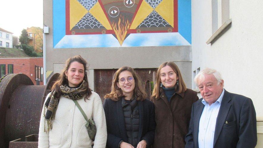 Les trois jeunes architectes avec Michel Herranz devant l'ASPIBD.