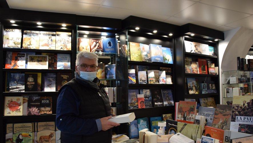 Roger Charpentier est dans sa boutique tous les matins pour distribuer les commandes de livres.