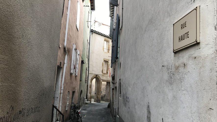 La victime habitait dans un appartement de la rue Haute, dans le centre-ville de Millau.