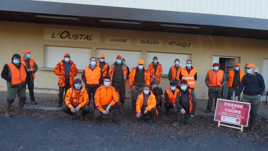 Les chasseurs de l'ACCA participant à la battue samedi dernier recevant  les consignes sur le parking de l'Oustal.