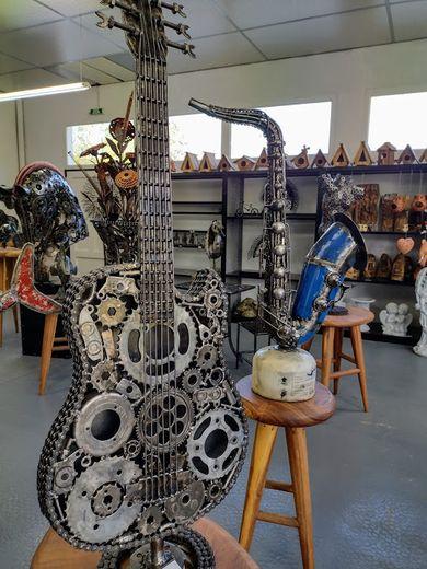 Des centaines de créations plus originales les unes que les autres sont visibles dans l'atelier de la plaine du Claux, en bordure de la RD840.