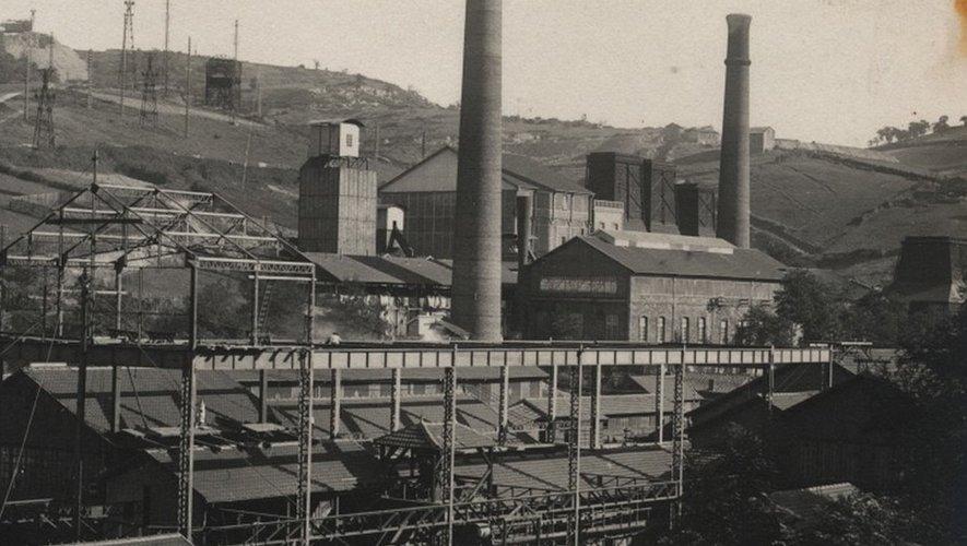 Au premier plan le criblage, au second plan les bâtiments de la centrale thermique de Lacaze.