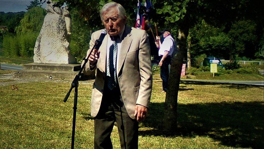 Roger Poux lors d'une cérémonie au monument de Gelles.