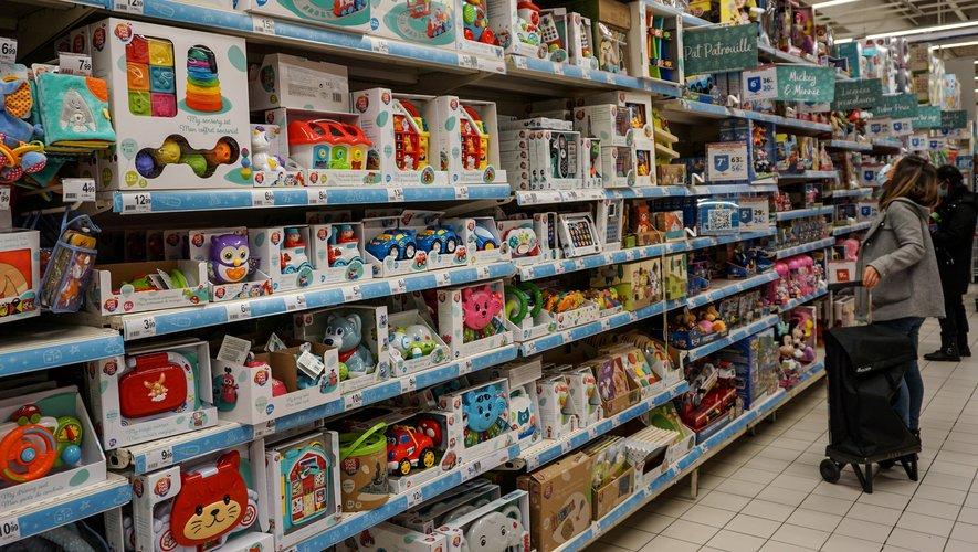 """Plus d'un cinquième des rayons non essentiels sont toujours ouverts dans les grandes surfaces, malgré l'interdiction du gouvernement de vendre ces produits par souci d'""""équité"""" vis-à-vis des commerces ayant dû fermer."""