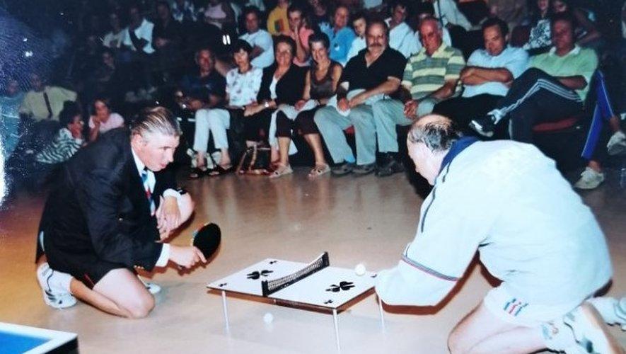 Pendant de nombreuses années, Jacques Secrétin a donné des représentations d'un spectacle facétieux, pour promouvoir son sport. Ici, à Onet-le-Château, en 2004.