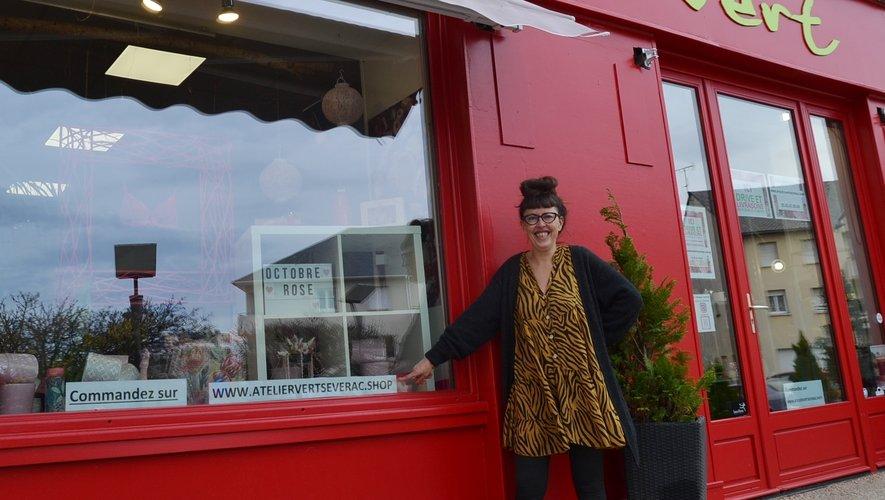 Élisabeth devant sa boutique atelier.