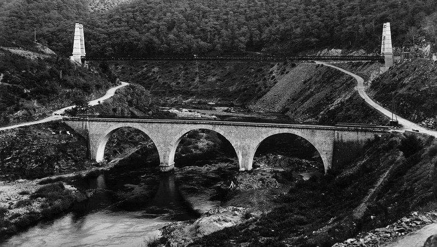 Le premier pont de Phalip construit en 1886 sera détruit en 1980.En arrière plan le pont de Phalip suspendu mis en service en 1950