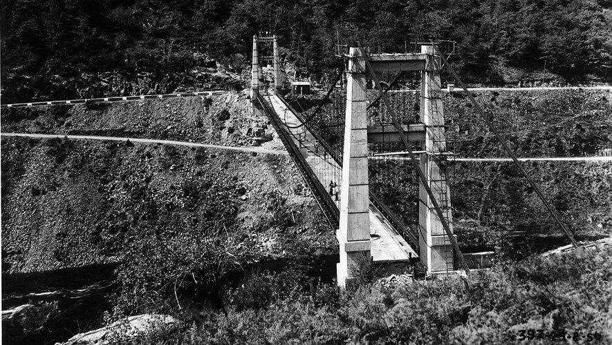 Le pont suspendu de Phalip en cours de construction