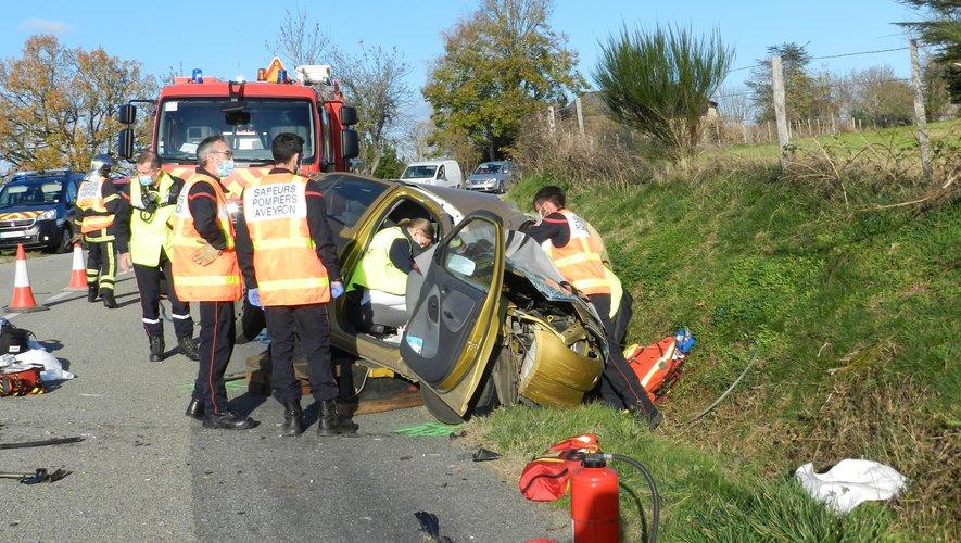 Une dizaine de sapeurs pompiers des centres de Laguépie et Villefranche-de-Rouergue sont intervenus  pour porter secours au conducteur de la voiture coincé dans l'habitacle.