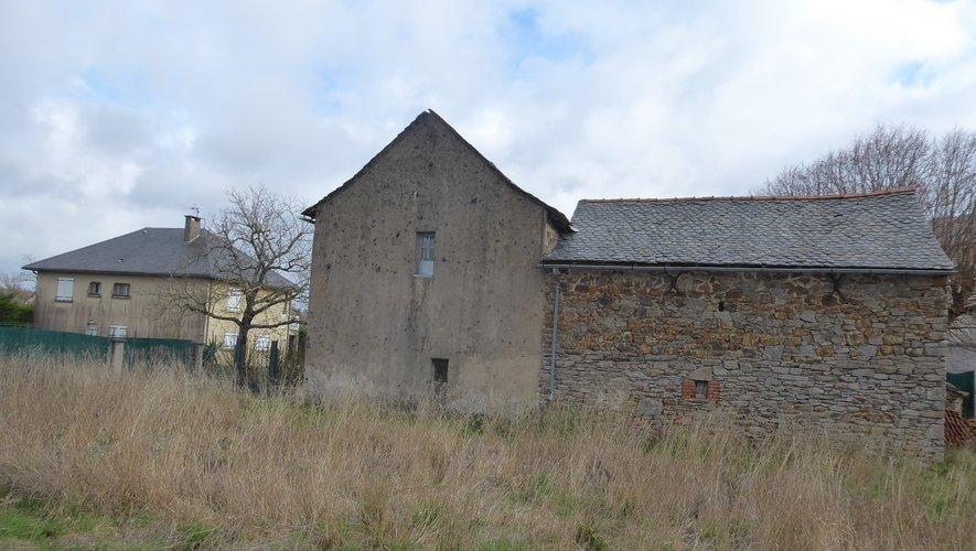 La grange-étable et les maisons qui devraient être démolies.