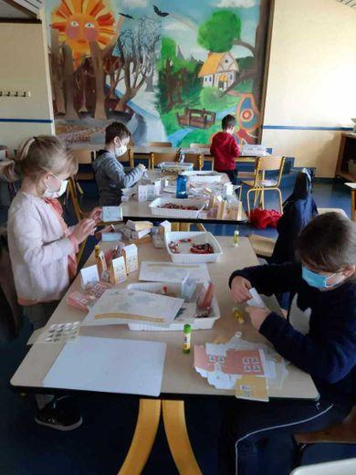 Les enfants concentrés s'appliquent à la fabrication des caldendriers.