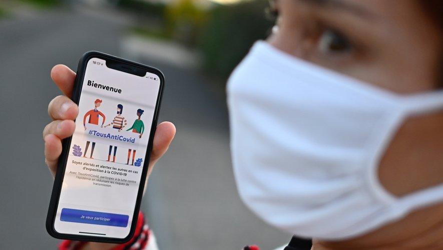 TousAntiCovid utilise le signal Bluetooth du téléphone de son utilisateur pour détecter un smartphone à proximité et établir de manière anonyme que plusieurs personnes se sont croisées.