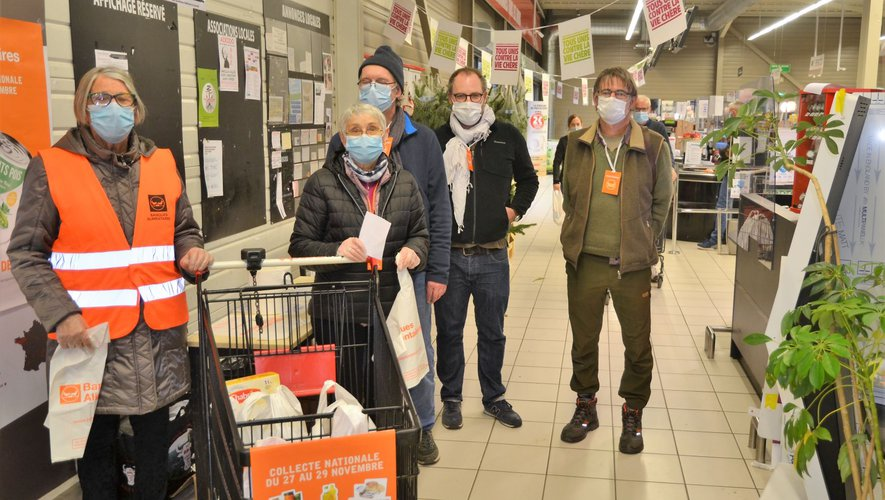 Les bénévoles de la banque alimentaire proposent des sacs à garnir à l'entrée des magasins du vallon, comme ici ce vendredi 27 novembre après-midi.