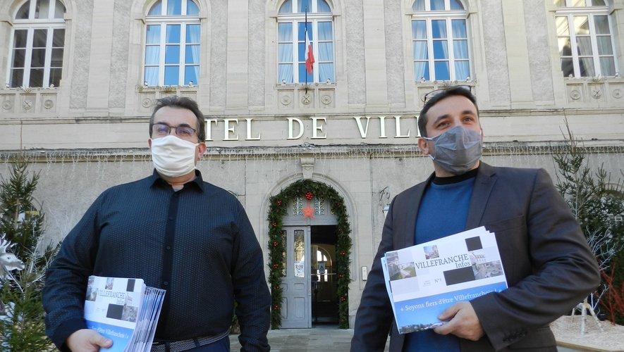 """Jean-Sébastien Orcibal et Jean-Claude Carrié présentent le premier numéro de """"Villefranche Infos""""."""