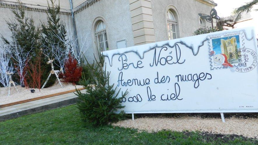 Un décor de Noël devant  l'hôtel de ville remarquable et remarqué.