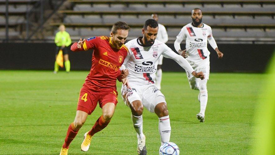 Pierre Bardy (ici au duel avec Alaixys Romao) et les Ruthénois n'ont pas réussi à faire mieux qu'un résultat nul, samedi soir, contre Guingamp.
