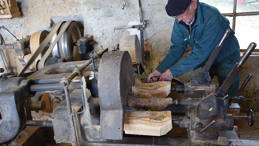 Michel Bouteille utilise au départ le copieur, une machine Guilliet de 1905 qui fonctionne encore à merveille, après quelques réparations effectuées par le sabotier lui-même.