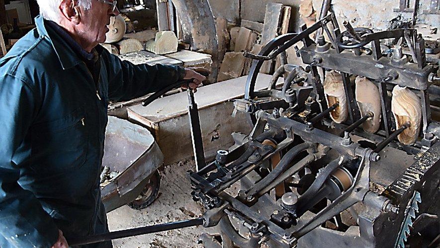 Après le copieur, Michel Bouteille installe ses sabots sur le creuseur.
