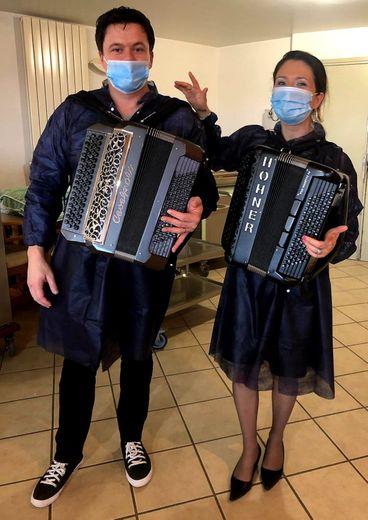Nathalie joue au bal masqué avec Matthieu pour égayer le quotidien des anciens.