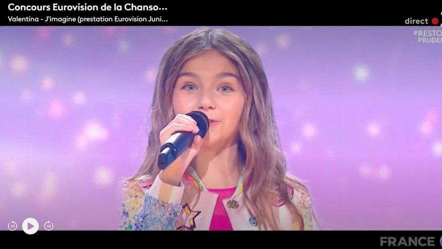 """Avec sa chanson """"J'imagine"""", qui appelle à dépasser les difficultés et à imaginer un monde meilleur, la jeune Française a, fait très rare, conquis à la fois le vote du jury et celui du public."""