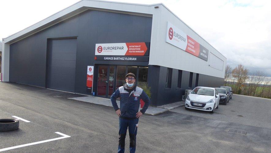 Florian Barthez devant son nouveau garage dont il est propriétaire.
