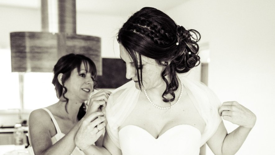 Valérie ajuste une robe sur la future mariée