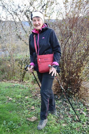 Paulette a toujours ses bâtons de marche en main.