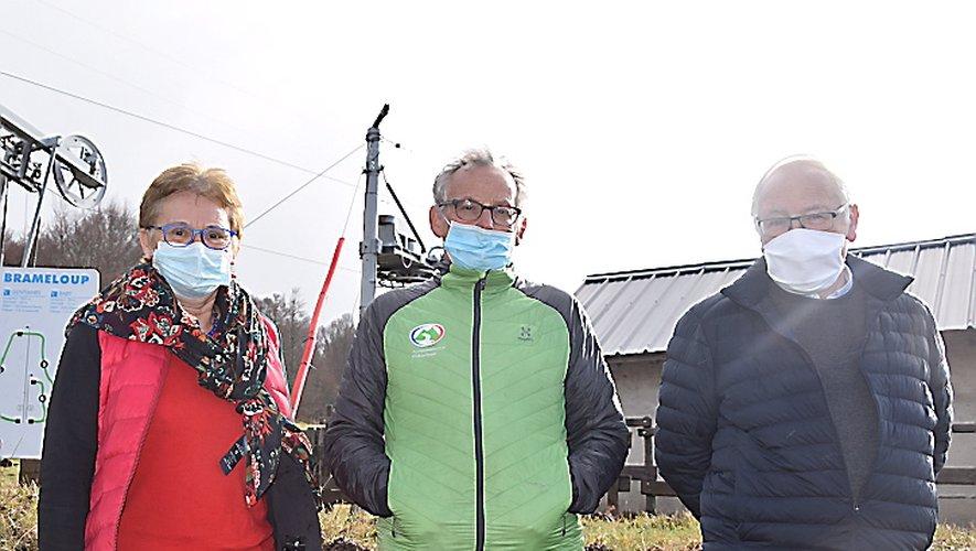 Gonzalo Diaz, responsable de la station, entouré de Ghislaine en charge de la billetterie et de Roger Auguy, président du Sivu de Brameloup.
