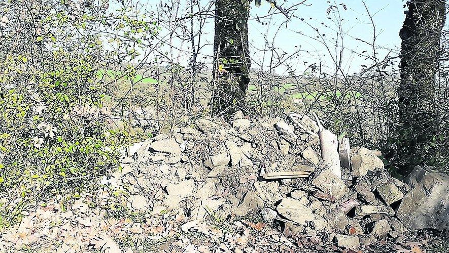 Il n'est pas rare de voir des décharges sauvages naître dans les chemins situés à l'abri des regards./Photo DDM.