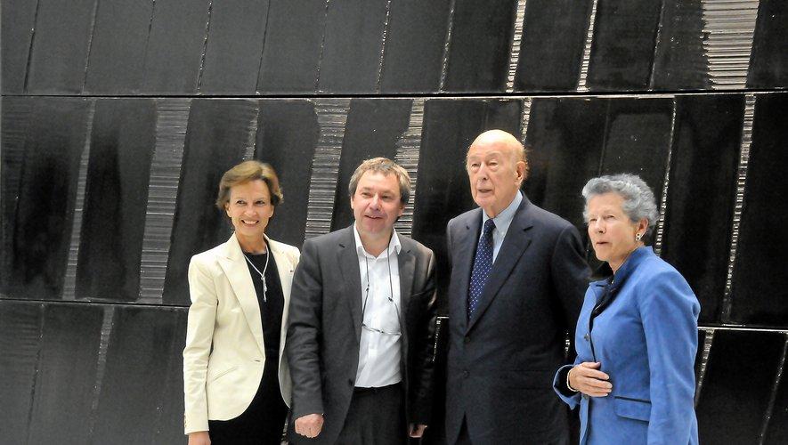 L'ancien président et son épouse  Anne-Aymone, en visite aux côtés de Benoît Decron et Cécile Pozzo di Borgo, préfète de l'Aveyron.