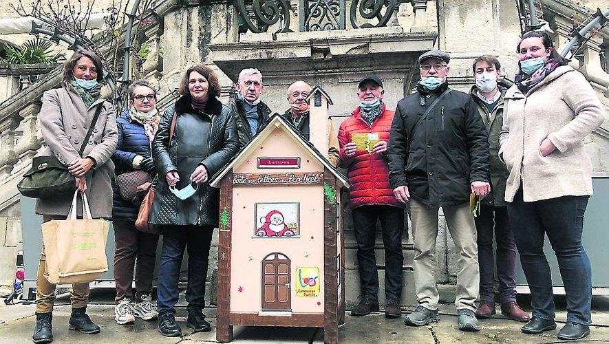 Les partenaires réunis autour de la boîte aux lettres du Père Noël./Photo MCB
