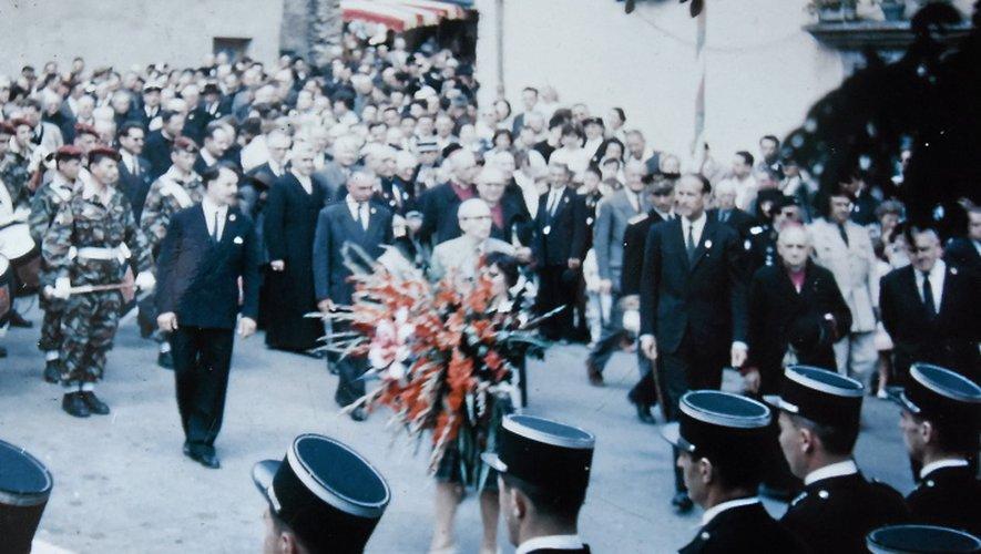 Lucienne Bernat a conservé la photo du dépôt de gerbe au monument au mort, en 1960.