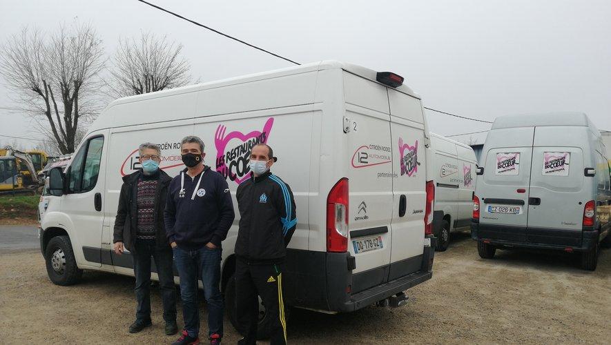 Les dirigeants devant le camion des Restos du Cœur.
