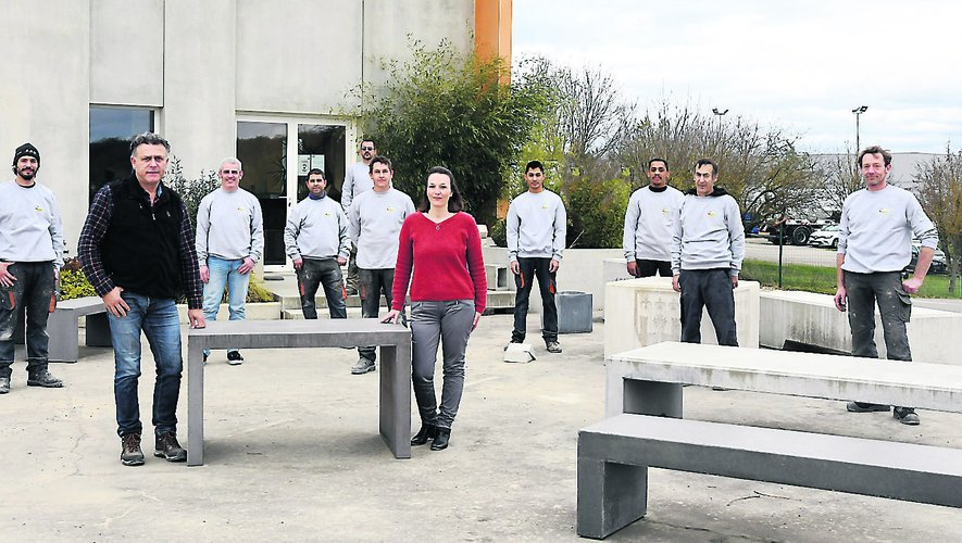 L'équipe de Guillot Préfa,  une entreprise familiale de dix salariés qui fabrique des pièces spécifiques comme cet escalier.