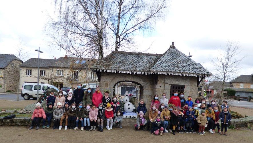Olaf est entouré des enfants de l'école.