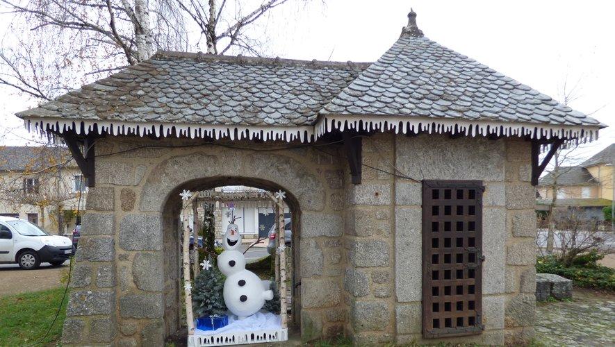 """""""Olaf"""" sous la fontaine du village."""
