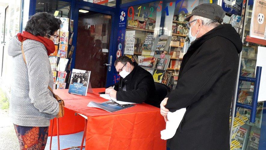 Loïc signe son ouvrage.