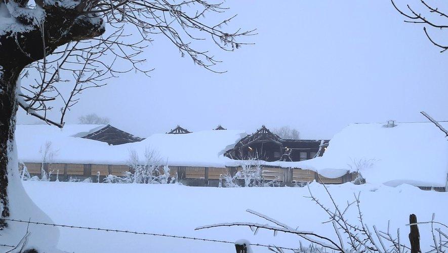 le toit d'une stabulation, déséquilibré par l'accumulation de neige sur un seul de ses côtés, s'est écroulé