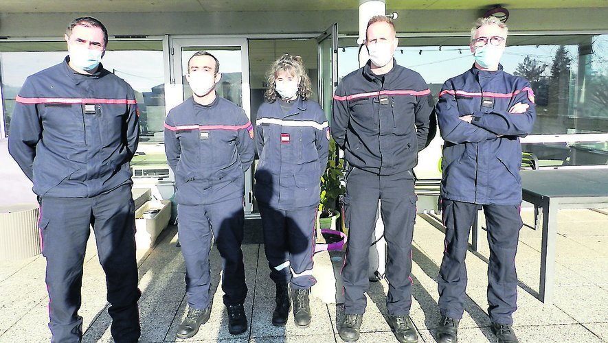 De gauche à droite : le capitaine Frédéric Serres, le lieutenant Olivier Gatineau, et une partie de l'équipe présente lundi. Ci-dessous deux interventions de 2020.