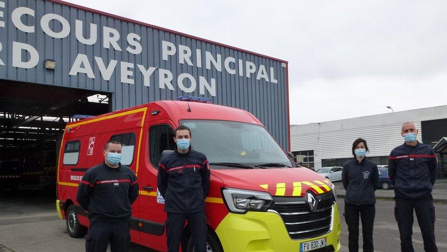 Le lieutenant Serge Rieutort et ses adjoints entourent le tout nouveau véhicule de secours aux victimes reçu mardi.