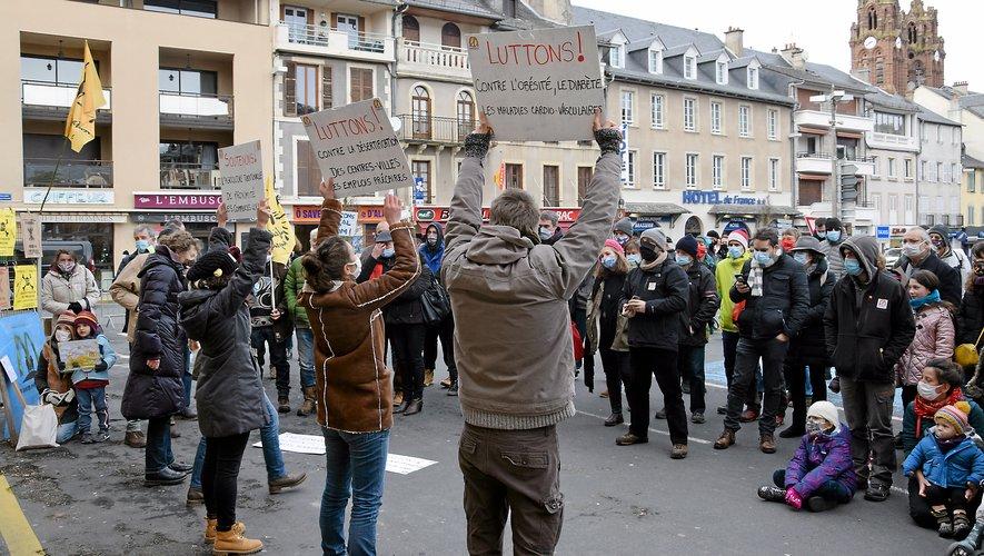 """""""McCrado"""", """"McDo defora, gardarem Aubrac"""", """"Pas de MicMac à Espalion"""", pouvait-on notamment lire sur les pancartes des manifestants."""