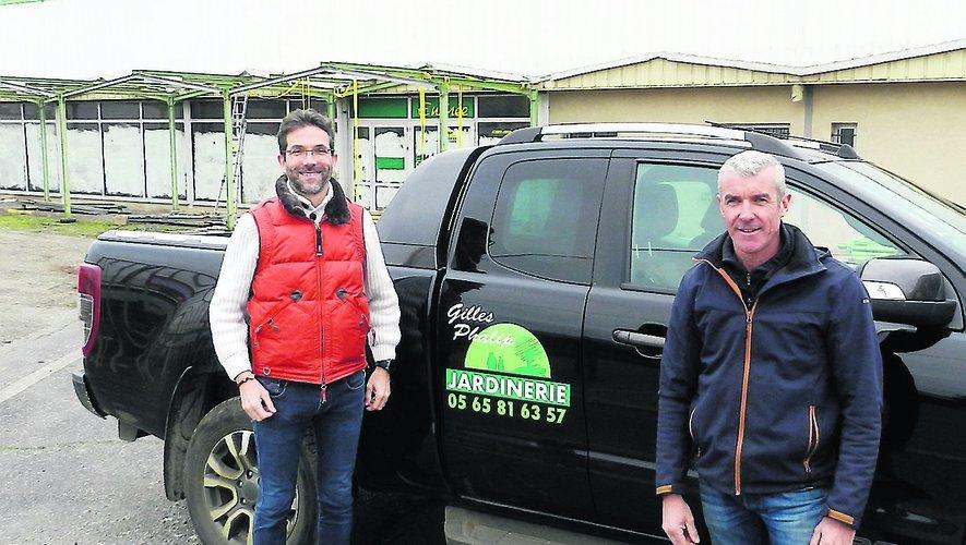 Gilles Phalip (à droite) et William Tarroux, responsable de la jardinerie, devant le nouveau site de la route haute de Farrou.