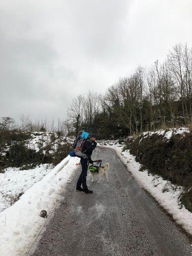 Mickaël marche malgré le froid et la neige.