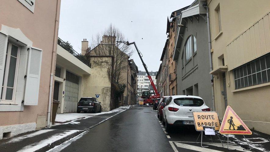 Un engin de chantier bloque le passage.