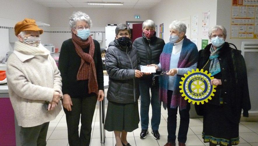 Entourée des membres d'Inner Wheel, la présidente Hélène Pachen a remis un chèque de1 000 euros à Sœur Leila Abou Rjeily.