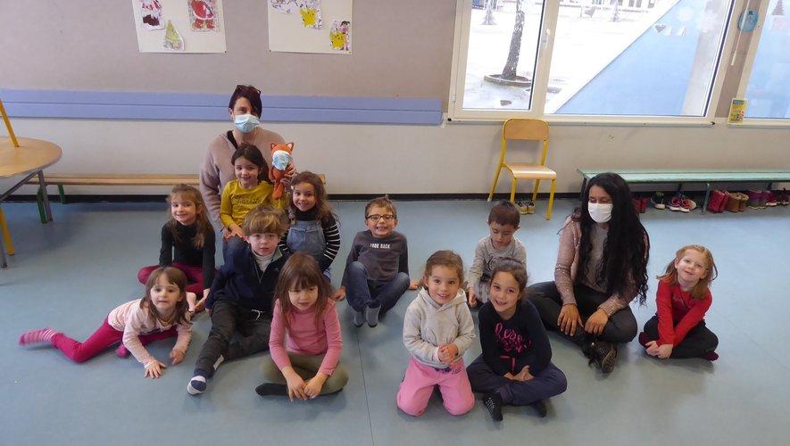 Un groupe d'enfants de 3-5 ans avec Mélanie et Julie.